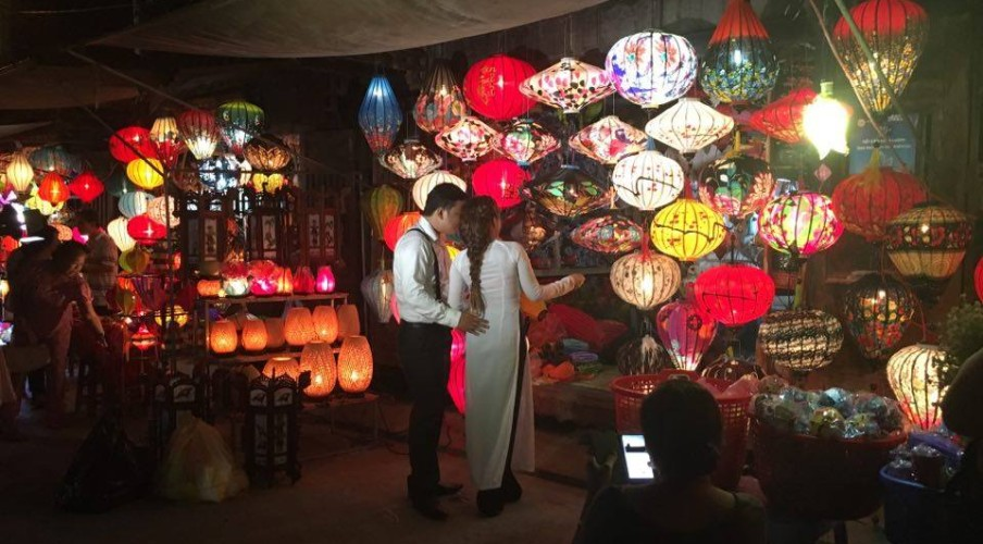 Pre-wedding photos at the lantern shops